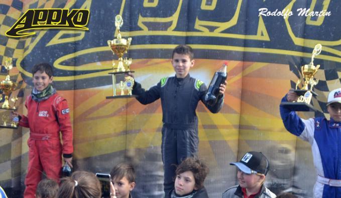 El piloto de La Pampa en lo más alto del podio