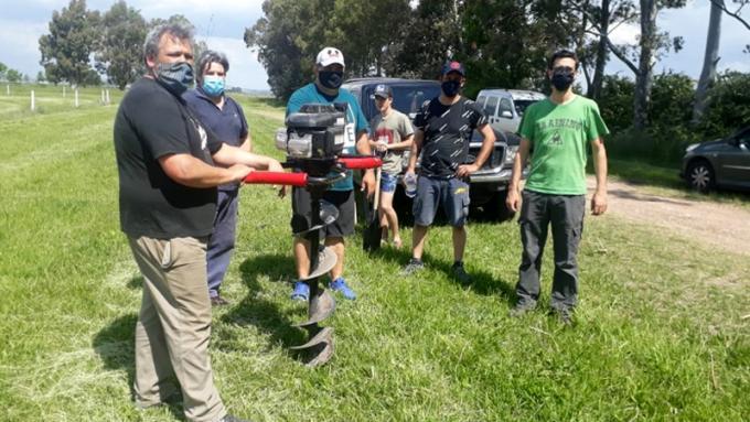 A través de una hoyadora se pudieron realizar los 50 pozos para la colocación de plantas. / Foto BAC